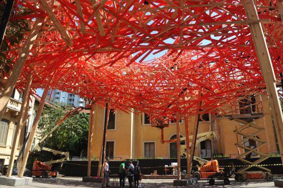 Instalação da obra do artista Arne Quinze na entrada da exposição.