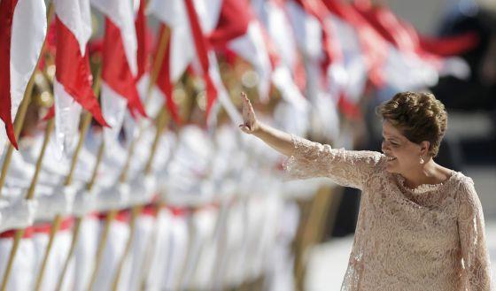Dilma acena ao chegar no Palácio do Planalto para discursar à população.