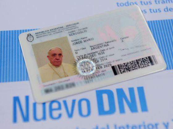 O novo documento nacional de identidade (RG) do Papa Francisco.