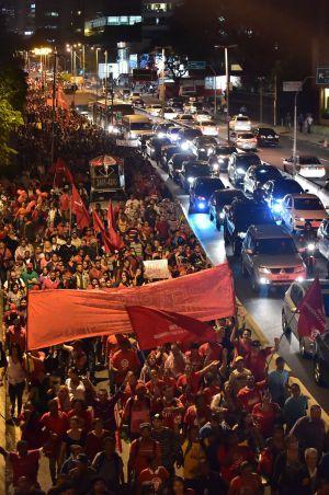 Manifestantes do movimento MTST fecham a Marginal Pinheiros em um protesto multitudinário contra a Copa.