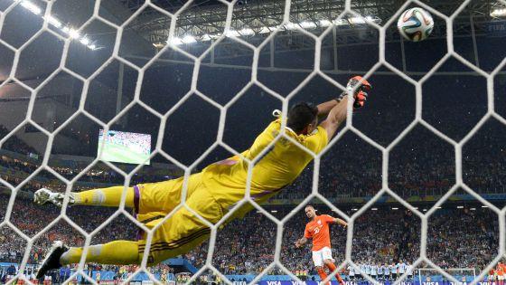 Sergio Romero espalma o pênalti de Sneijder.