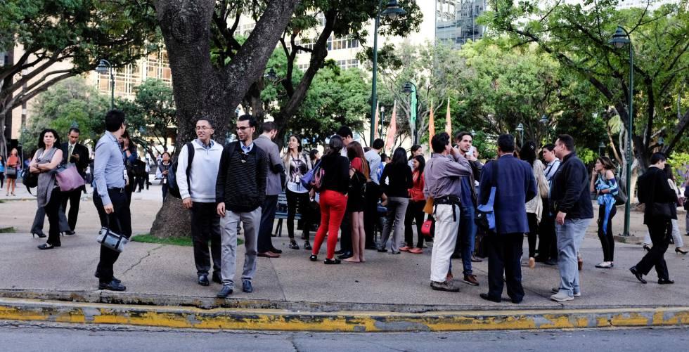 Pessoas após deixarem prédio em Caracas depois do tremor.