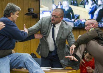 """Agentes tiveram de conter o homem, que pediu ao tribunal para passar """"cinco minutos a sós"""" com médico condenado por abusos"""