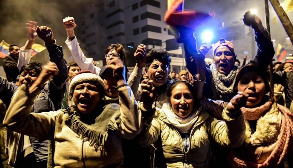 Ativistas indígenas comemoram em Quito a retirada das medidas econômicas do Governo equatoriano, nas primeiras horas desta segunda-feira.