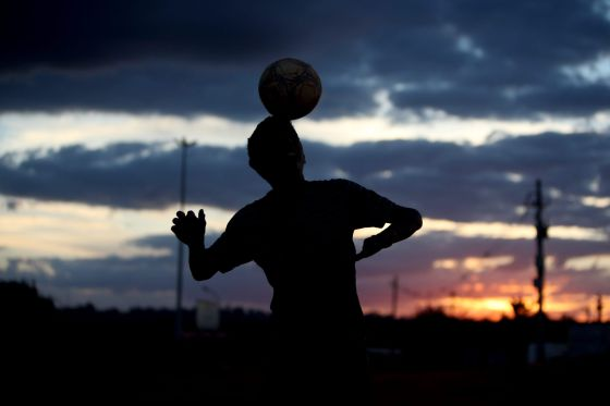 Um menino equilibra a bola na cabeça, ontem em Brasília.