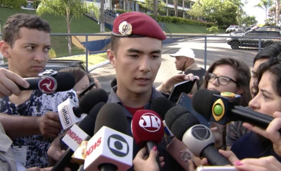 O tenente Pedro Aihara, porta-voz do Corpo de Bombeiros de Minas Gerais, concede entrevista em Brumadinho.