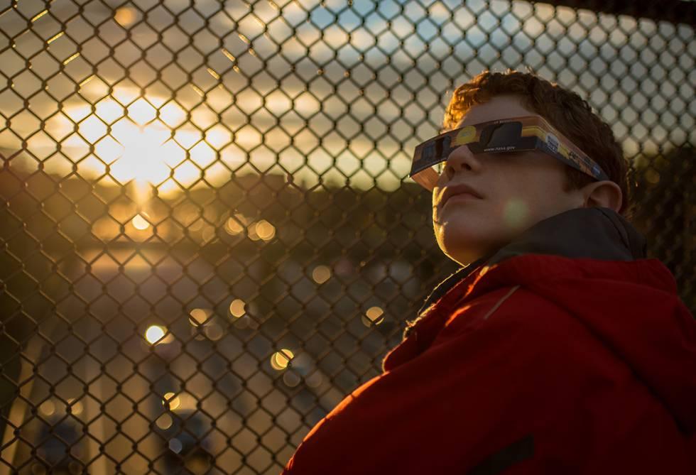 Criança olha eclipse parcial nos EUA em 2014.