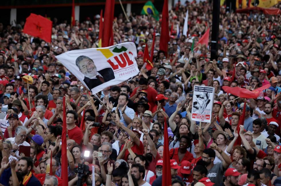 Multidão lota Esquina Democrática em Porto Alegre para apoiar Lula