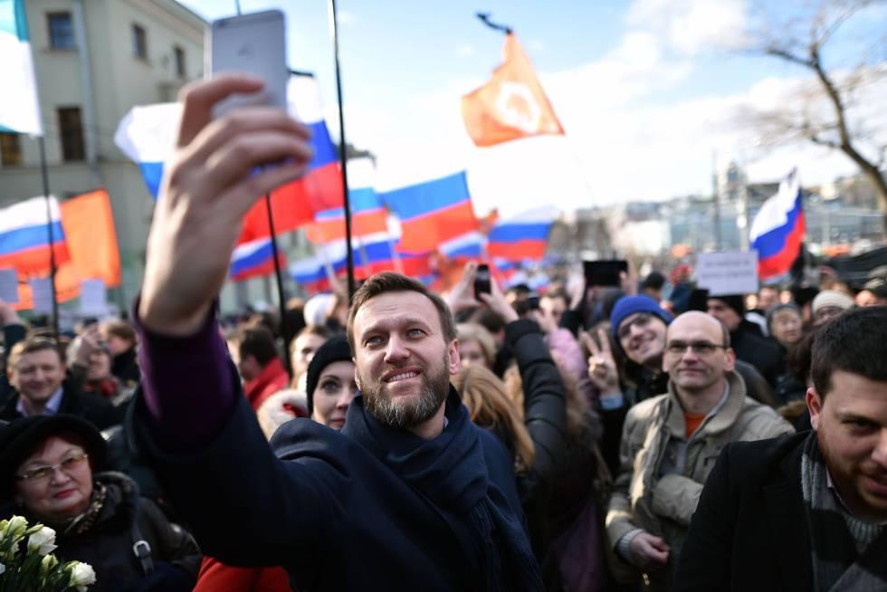O líder opositor russo Alexei Navalny faz selfie durante protesto em fevereiro passado.