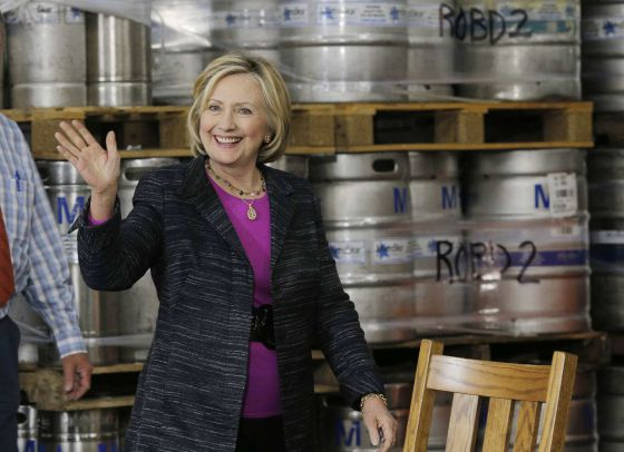 Hillary Clinton acena para eleitores numa cervejaria de New Hampshire.