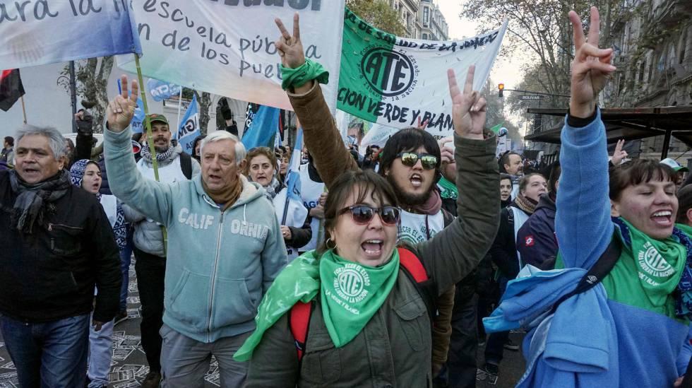 Trabalhadores marcham em Buenos Aires durante uma paralisação no dia 14 de junho.