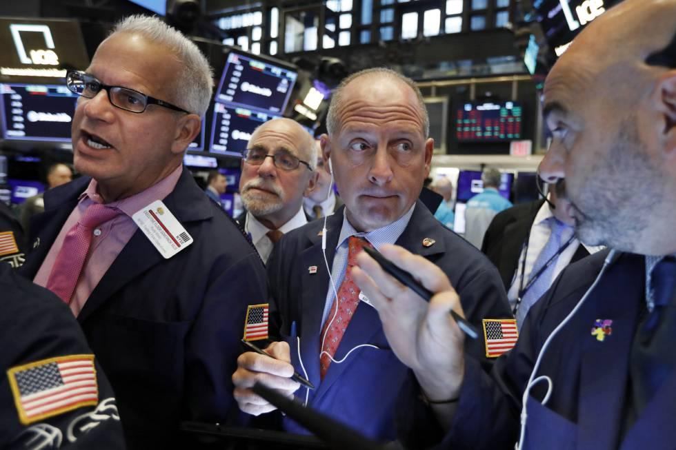 'Brokers' no interior da Bolsa de Nova York.