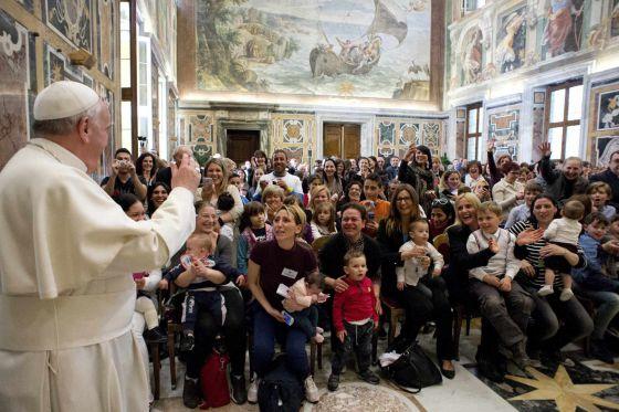 O Papa Francisco chega a uma reunião com um grupo antiaborto.