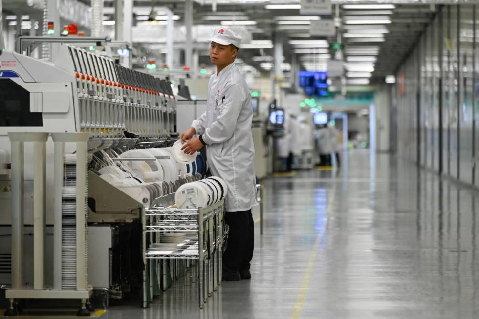 Um trabalhador na linha de produção de celulares da fábrica da Huawei em Dongguan, em março.