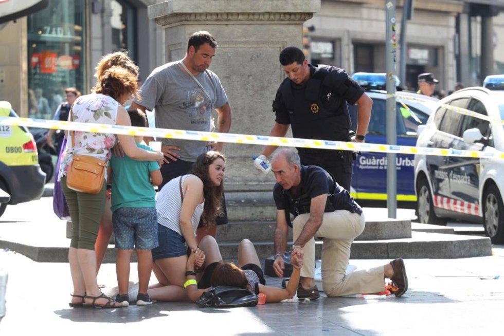 Pessoa é atendida por pedestres depois do atropelamento.