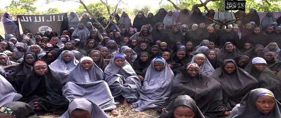 Imagem do vídeo que mostra as jovens sequestradas.