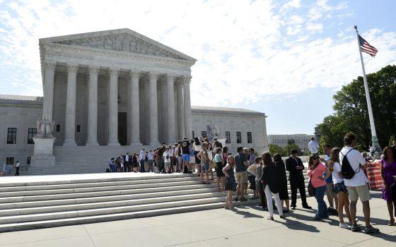 Pessoas esperando para entrar na Suprema Corte.