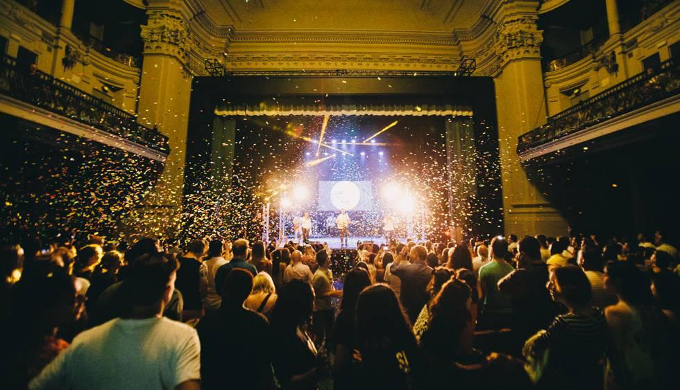 Um dos momentos da celebração, com chuva de confetes.
