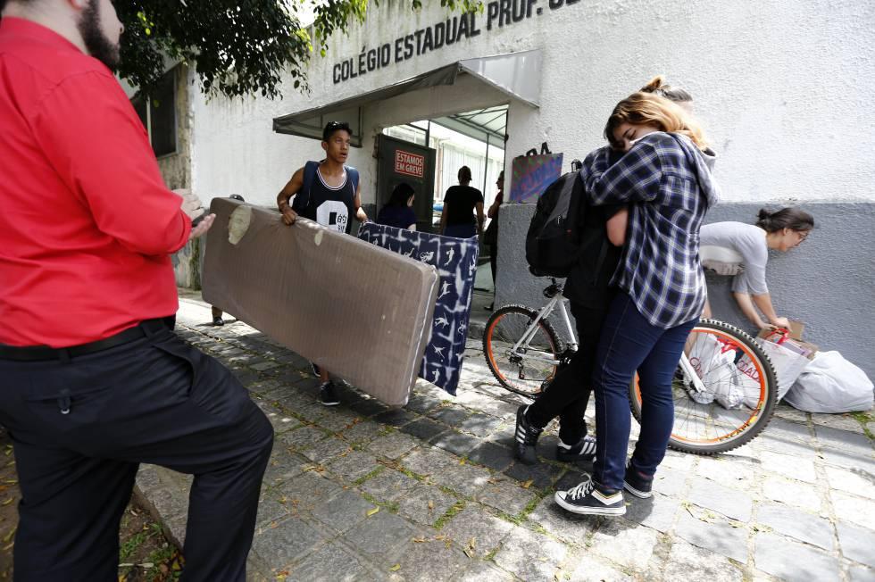 Estudantes desocupam o Colégio Prof. Cleto, em Curitiba, nesta terça.