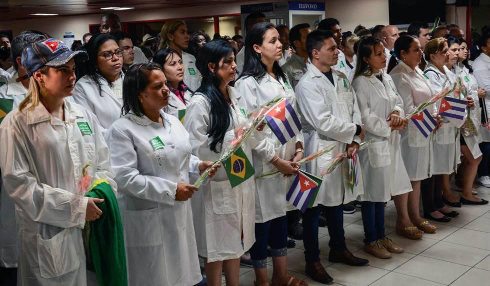 Médicos cubanos chegam ao aeroporto de Havana, vindos do Brasil.