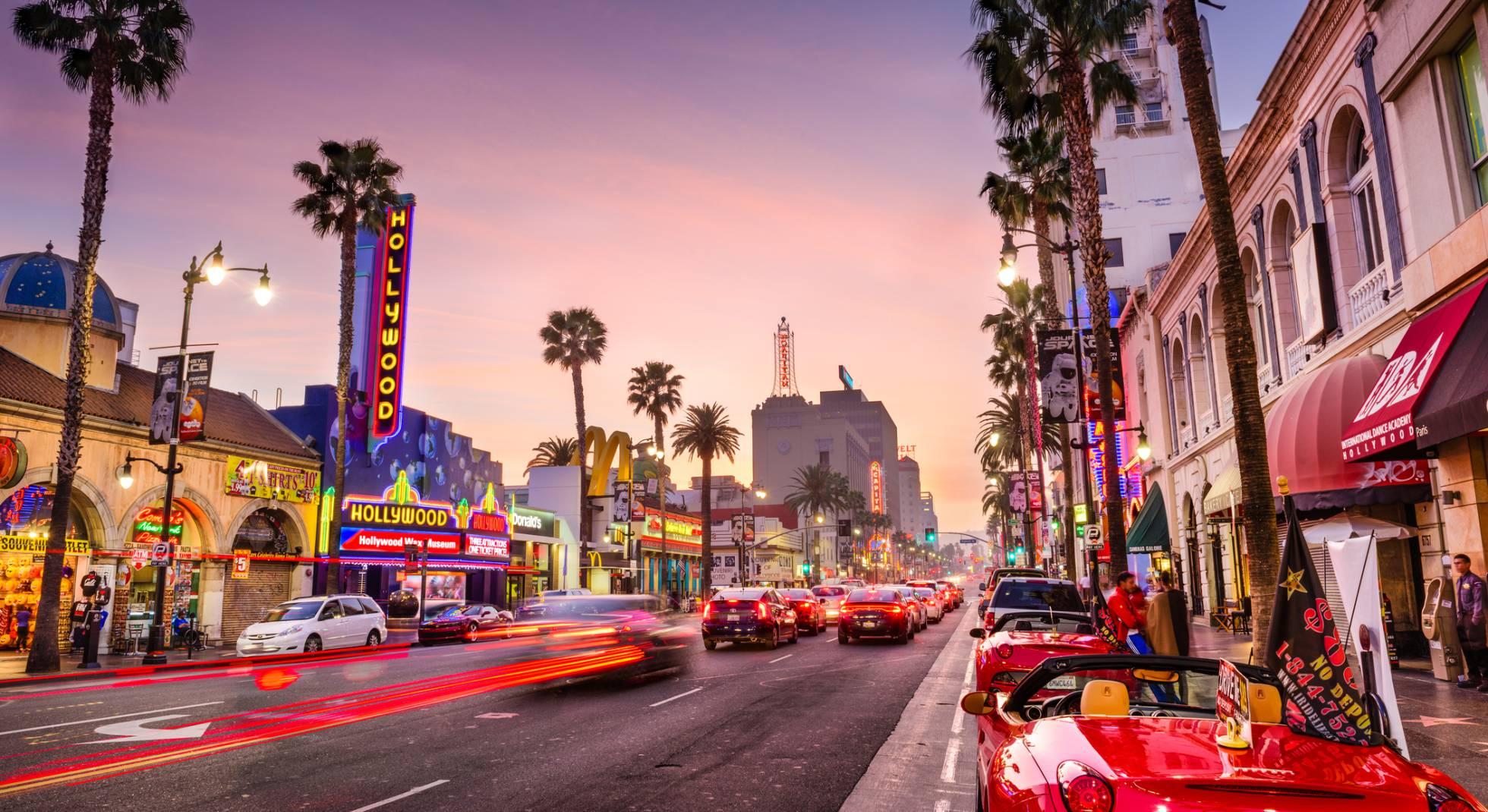 Hollywood Boulevard ao entardecer, em Los Angeles (EUA).