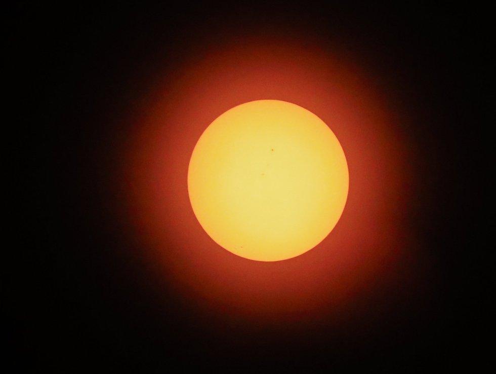 Vista do sol momentos antes do eclipse, no campus da Universidade de Carbondale, nos EUA.