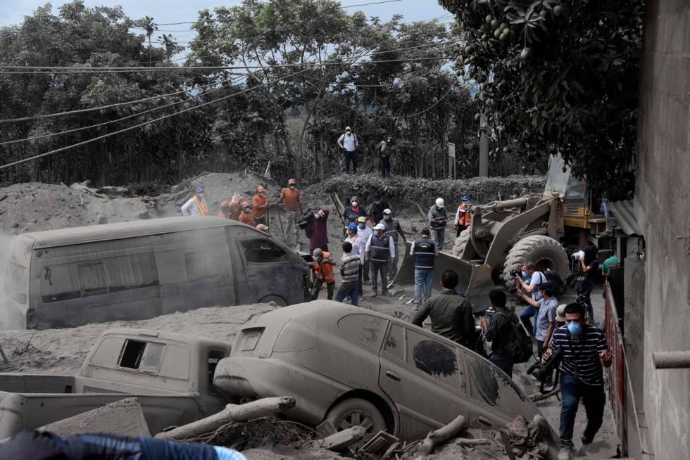 Grupos de resgate buscam vítimas em San Miguel Os Lotes, em Escuintla.