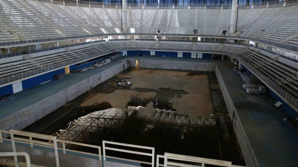 A piscina de competição, em processo de desmontagem, acumula água e é foco de criação de mosquitos.