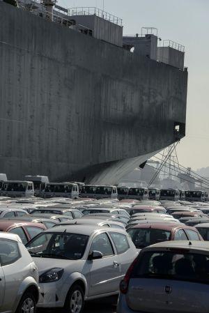 Veículos aguardam para serem carregados no porto de Santos (Brasil).