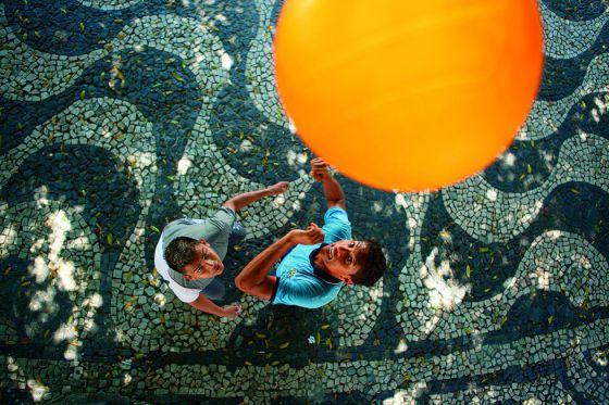 Meninos jogam nas ruas de Manaus.