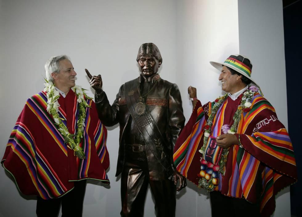 Evo Morales, à direita, e o vice-presidente García Linera junto a uma estátua do presidente.