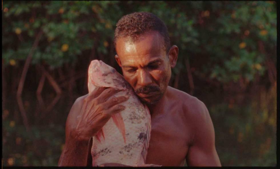 Fotograma de 'O peixe', filme do alagoano Jonathas de Andrade que faz parte da Bienal.
