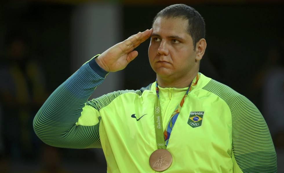 Rafael Silva com seu bronze.