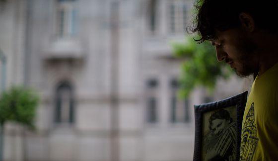 Felipe Carvalho Nin Ferreira, 28, com a foto do tio desaparecido.