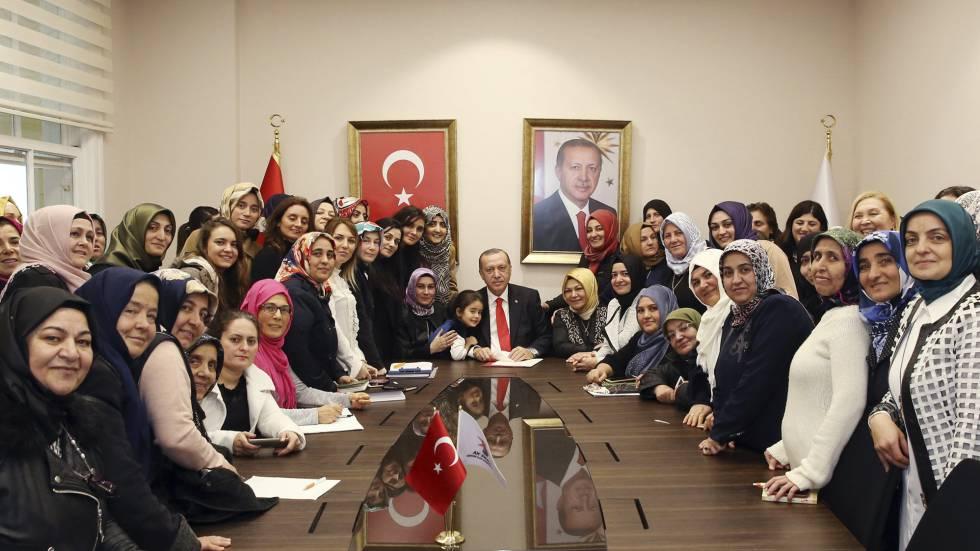 O presidente turco, Recep Tayyip Erdogan, com mulheres que apoiam seu partido em uma recepção em Istambul, em 3 de janeiro