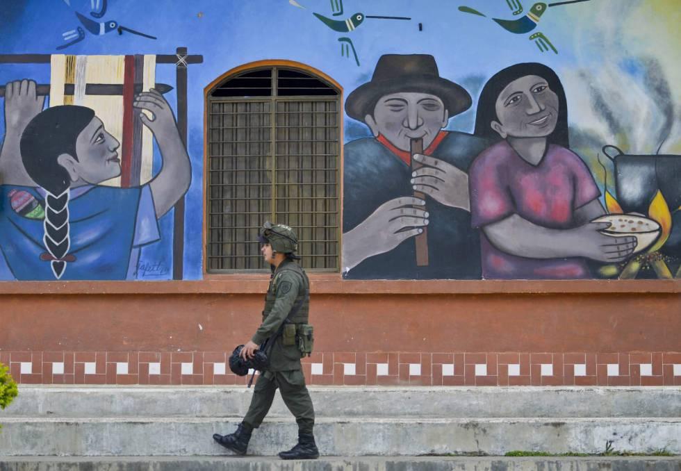 Um policial colombiano anda pela cidade de Toribio