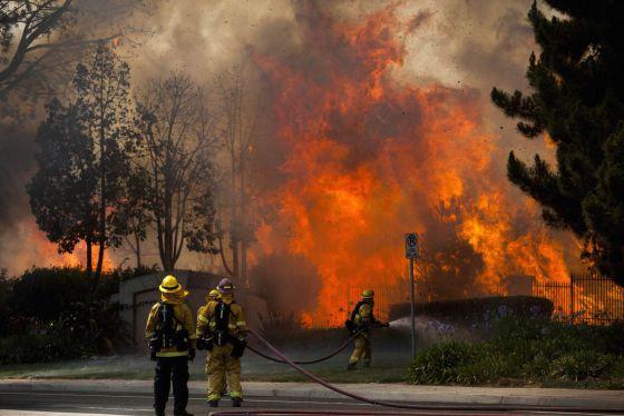 Bombeiros tentam apagar incêndio em Carlsbad, San Diego.