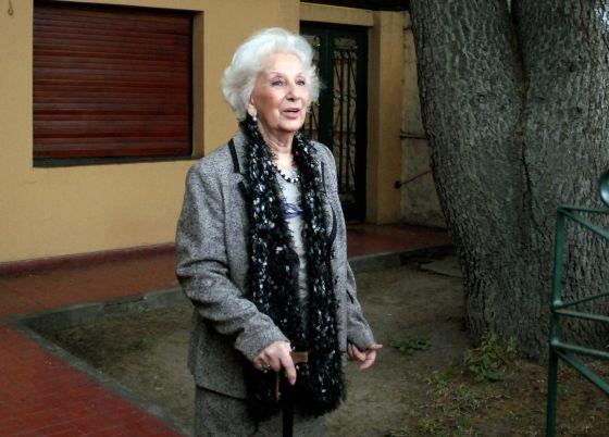 Estela de Carlotto atende à imprensa na porta da sua casa, em La Plata.