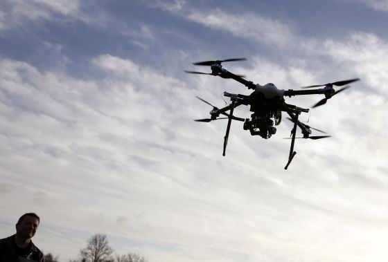 Policial pilota o primeiro drone de vigilância usado pela polícia belga.