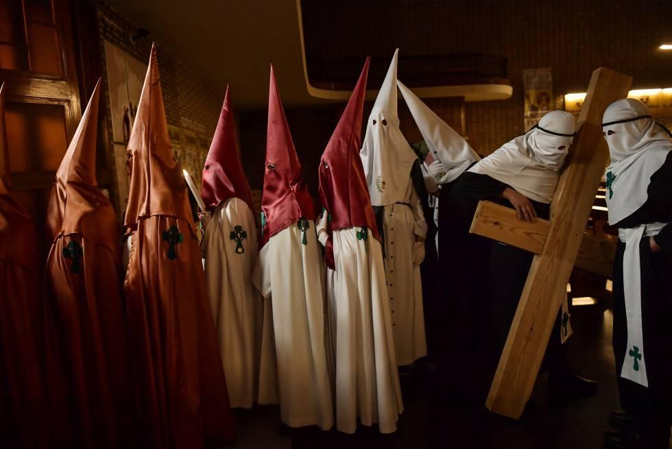Penitentes na Semana Santa de Calahorra, na Espanha, na quarta-feira.