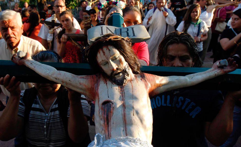 Fiéis participam da peregrinação e banho de Cristo, no México.