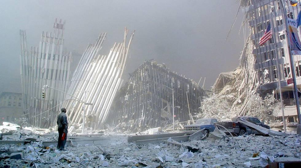 Um homem observa as ruínas das Torres Gêmeas depois do atentado.