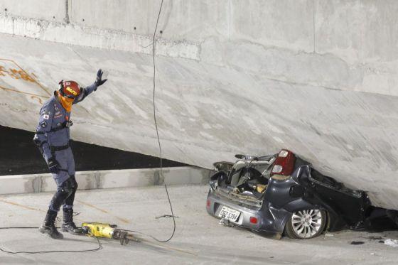 Um carro preso na estrutura do viaduto.