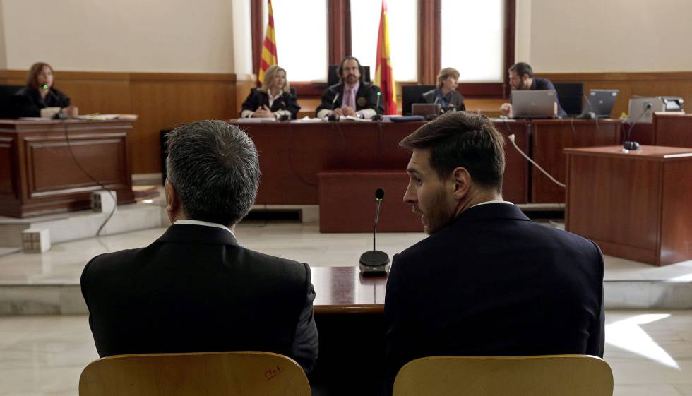 Jorge Messi, à esquerda, e Leo Messi, no tribunal de Barcelona.