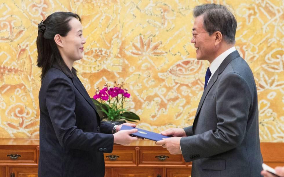 Kim Yo-jong, irmã de Kim Jong-un, cumprimenta o presidente da Coreia do Sul, Moon Jae-in, no sábado em Seul.