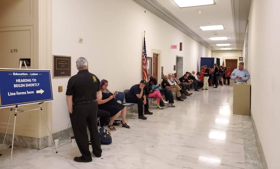 Várias pessoas, entre eles, 'guardadores de lugar' profissionais, esperam na fila para uma audiência do Comitê de Formação e Emprego no Congresso dos Estados Unidos, numa manhã de junho.