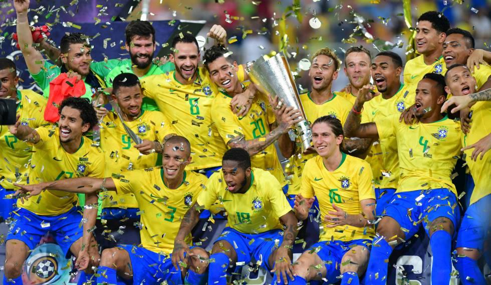 Brasileiros erguem o troféu de campeões do superclássico na Arábia.