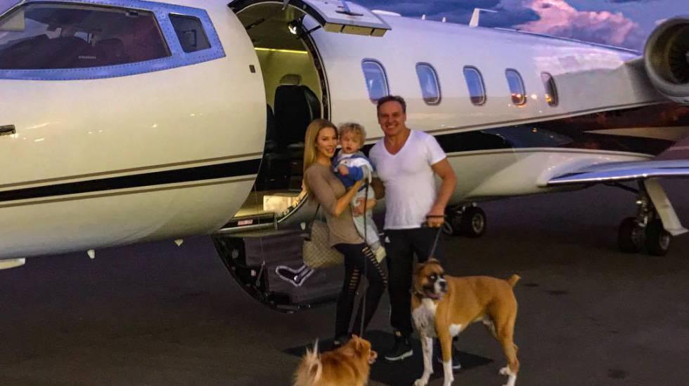 Família foge do furacão Irma de jatinho.