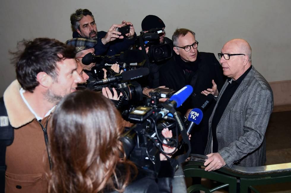 Jacques Cassandri, rodeado de jornalistas, segunda-feira, na Corte de Nice.
