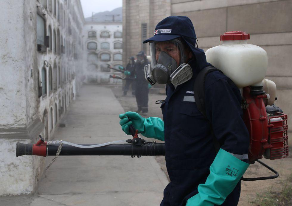 Trabalhador faz fumigação em cemitério do Peru para combater o 'Aedes'.